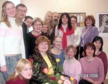 Rīgas Vidzemes priekšpilsētas Atbalsta nodaļa ģimenēm ar bērniem 2006.g. aprīlī, atvadoties no ilggadējās vadītājas Kristīnes Vanagas.